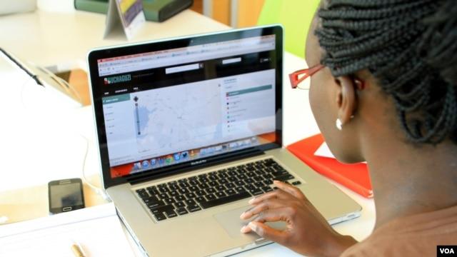 A woman looks at the Uchaguzi Web site at the iHub, Nairobi, Kenya, Feb. 28, 2013. (J. Craig/VOA)