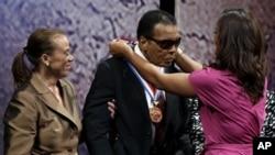 Bivšem bokserskom šampionu medalju je uručila njegova ćerka Lejla.