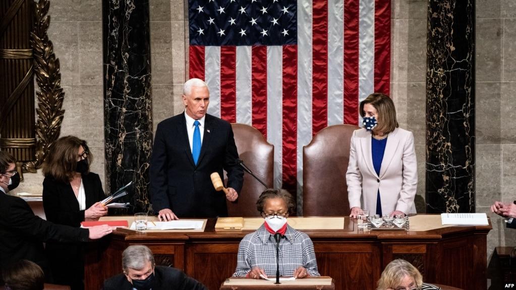 လႊတ္ေတာ္ႏွစ္ရပ္ေပါင္း ကြန္ဂရက္လႊတ္ေတာ္ရဲ႕ သဘာပတိအျဖစ္ ေဆာင္ရြက္ခဲ့တဲ့ ဒုသမၼတ Mike Pence (ဝဲ) နဲ႔ ကန္ေအာက္လႊတ္ေတာ္ဥကၠ႒ Nancy Pelosi (ယာ) ။ (ဇန္နဝါရီ ၀၆၊ ၂၀၂၁)