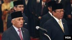 Menko Kesra Agung Laksono (kanan) saat pengambilang sumpah anggota kabinet, 22 Oktober 2009.