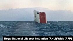 Lambung dari kapal kargo Cemfjord yang tenggelam di lepas pantai Skotlandia.
