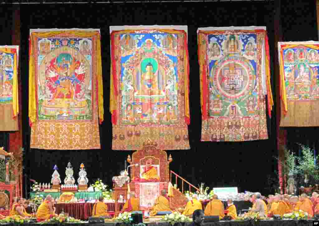 达赖喇嘛在僧侣环绕下在坛城上说法