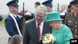 Nữ hoàng Elizabeth và Hoàng thân Philip được chào đón theo nghi lễ quốc khách khi bắt đầu chuyến công du 4 ngày tới Ireland