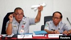 지난 1월 인도네시아 국가교통안전위원회 관계자가 자바해에서 추락한 에어아시아 여객기 모델을 들고 기자회견을 하고 있다. (자료사진)