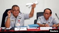 Tatang Kurniadi (kiri), Ketua KNKT memberikan keterangan pers mengenai jatuhnya pesawat AirAsia QZ8501 di Jakarta, Kamis (29/1).