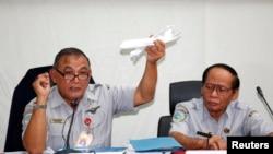 Giám đốc Ủy ban An toàn Giao thông Quốc gia Indonesia (NTSC) Tatang Kurniadi (trái) trong cuộc họp báo ở Jakarta, ngày 29/1/2015.