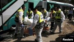 Thành viên đội cứu hộ Zaka của Israel khiêng một thi thể ra khỏi hiện trường một vụ tấn công ở Jerusalem, ngày 13/10/2015.