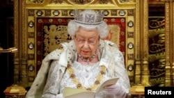 ملکہ الزبتھ برطانوی پارلیمان کے افتتاحی اجلاس سے خطاب کر رہی ہیں