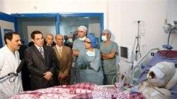 رییس جمهوری تونس، نفر دوم از سمت چپ در حال دیدار از محمد بوعزیزی مرد جوانی است که خود را به آتش کشید. بوعزیزی بر اثر شدت بعدا سوختگی جان سپرد. این فارع االتحصیل دانشگاهی، در اعتراض به توقیف میوه و سبزیجاتی توسط ماموران که اقدام به فروش آنها در خیابان کرده