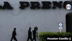 Las intalaciones de La Prensa permanecen bajo el control de agentes policiales en Managua, Nicaragua, desde agosto de 2021. [Foto Houston Castillo, VOA]