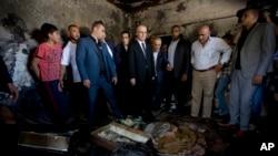 라미 함달라 팔레스타인 총리가 지난달 말 유대인 극단주의자의 방화로 불에탄 가옥을 살펴보고 있다.