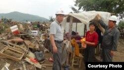 지난해 8월말 북한 적십자 소속 재난대응요원들이 함경북도 회령시 주변 홍수 피해 지역에서 피해 규모를 파악하고 있다. 국제적십자가 당시 공개한 북한 수해 보고서에 들어있는 사진이다.