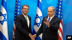 美國國防部長卡特(左)星期二與以色列總理內塔尼亞胡(右)舉行會談。
