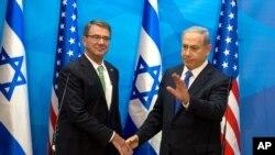 រដ្ឋមន្រ្តីការពារជាតិអាមេរិកលោក Ash Carter (ខាងឆ្វេង) ចាប់ដៃជាមួយនឹងនាយករដ្ឋមន្រ្តីអ៊ីស្រាអែលលោក Benjamin Netanyahu នៅមុនកិច្ចប្រជុំនៅក្រុងហ្ស៊េរុយសាឡិម នាថ្ងៃអង្គារ ទី២១ ខែកក្កដា ឆ្នាំ២០១៥។