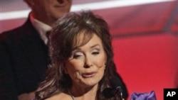 2005년 2월 그래미 어워드 컨트리 음악 앨범 부문에서 수상하고 있는 로레타 린(Loretta Lynn)
