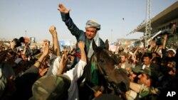 General Abdul Rashid Do'stum tarafdorlari davrasida