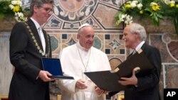 El papa Francisco recibió el premio Carlomagno de manos del alcalde Marcel Philipp (izquierda) y del parlamentario Juergen Linden.