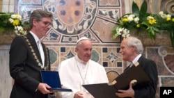 Papa Franja prima Karlovu nagradu na ceremoniji u Vatikanu, 6. maja 2016.