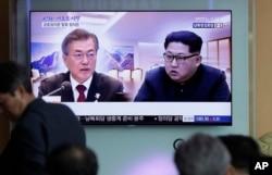 Người dân xem một chương trình tin tức tại một nhà ga xe lửa trước hội nghị thượng đỉnh liên Triều giữa Tổng thống Hàn Quốc Moon Jae-in và Lãnh tụ Triều Tiên Kim Jong Un, Seoul, Hàn Quốc, ngày 27 tháng 4, 2018.