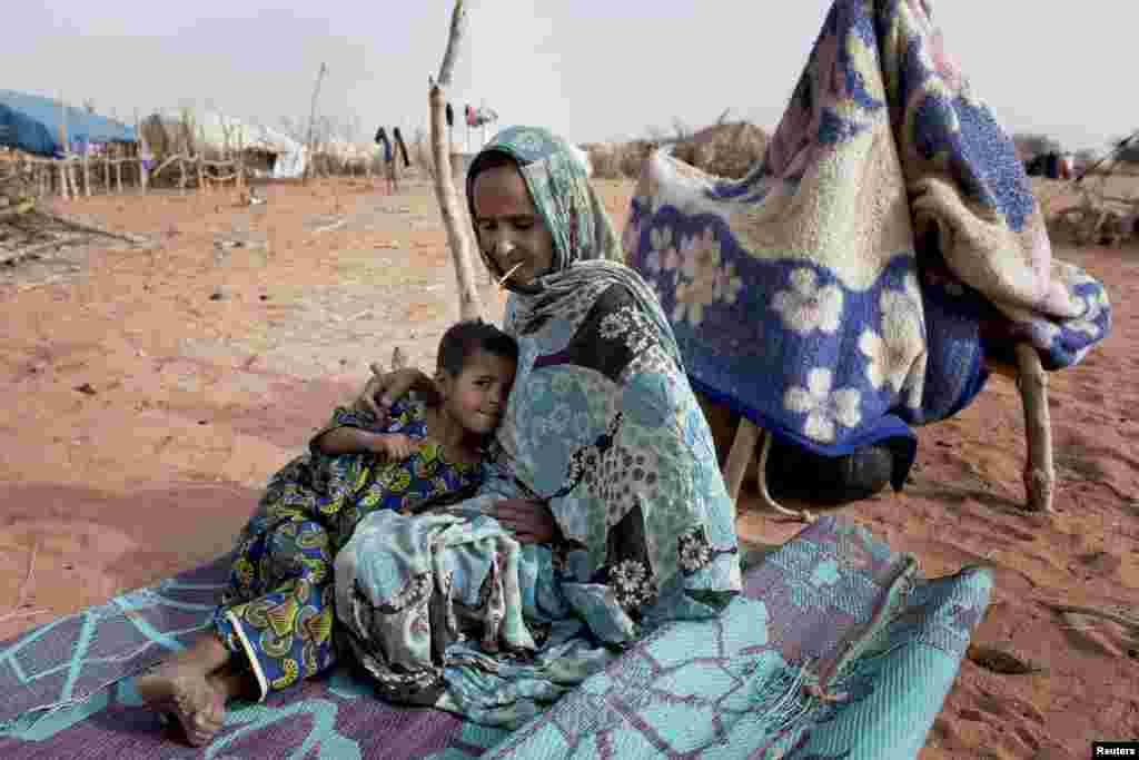 Timal Bara, une mère de 35 ans, et sa fille de 5 ans, Ka-Bito Bara, près du camp de réfugiés de Mbera. Les deux ont fui la localité malienne de Lere après avoir entendu les tirs de rebelles touareg.