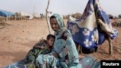 Timal Bara, 35, da diyarta Ka-Bito Bara mai shekaru 5 a sansanin gudun hijira na Mbera refugee camp a kudancin Mauritania, May 23, 2012.