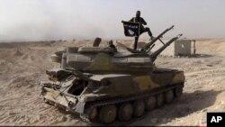 یک تانک ارتش سوریه که توسط پیکارجویان داعش در نزدیکی روستای القریتین در استان حمص - ۱۴ مرداد ۱۳۹۴