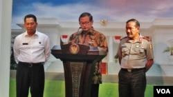 Sekretaris Kabinet Pramono Anung (tengah) saat memberikan keterangan pers di Kantor Presiden di Jakarta, Selasa 29/3 (VOA/Andylala).