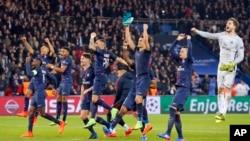 Les joueurs du PSG célèbrent après leur victoire en match de huitièmes de finale de la Ligue des champions contre Barcelone au stade du Parc des Princes à Paris, 14 février 2017.
