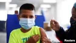 Un niño salvadoreño de 12 años recibe la primera dosis de una vacuna contra el COVID-19 en San Salvador el 23 de septiembre de 2021.