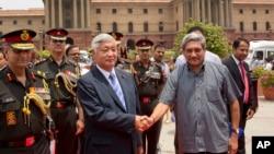 日本防衛相中谷元正(左)在印度進行短暫訪問,受到印度國防部長巴里卡歡迎。