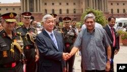 2016年7月14日印度国防部长帕利卡(右)与日本防卫大臣中谷元谷握手
