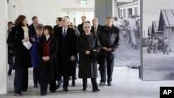 Майк Пенс (четвертый слева) с женой Кэрен (третья слева). Бывший нацистский концлагень Дахау под Мюнхеном. Германия. 19 февраля 2017 г.
