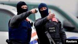 La policía belga sigue buscando a dos sospechosos de haber participado en los atentados del martes en Bruselas.