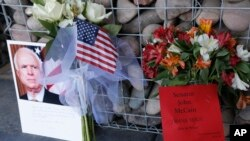 Un memorial improvisado fue creado frente a la oficina del senador republicano por Arizona John McCain el domingo, 26 de agosto de 2018, en Phoenix, Arizona.