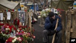 Un ucraniano llora en el sitio en Kiev donde fueron colocadas ofrendas a las víctimas de la represión.