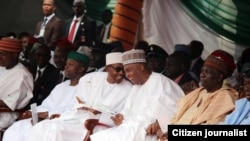 Le président Buhari, et le président du Sénat Bukola Saraki, lors de la fête d'indépendance du Nigéria, le 2 octobre 2015.