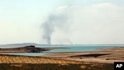 美军空袭后升起的烟雾