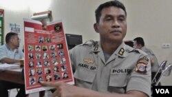 Kabid Humas Polda Sulawesi Tengah, AKBP Hari Suprapto memperlihatkan foto Mustafa Genc alias Mus'ab asal Uighur, China anggota Kelompok Santoso yang tewas di Poso (VOA/Yoanes).