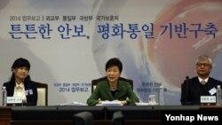 박근혜 한국 대통령이 6일 오전 국방부 대회의실에서 열린 '통일기반구축 분야-외교부·통일부·국방부·국가보훈처 업무보고'에서 모두발언을 하고 있다.