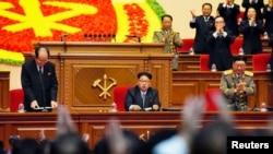 9일 북한 평양 4.25 문화회관에서 열린 7차 노동당 대회에서 '당 위원장'으로 추대된 김정은(가운데)이 대의원들의 박수를 받고 있다. 왼쪽은 김영남 최고인민회의 상임위원장, 오른쪽은 황병서 군 총정치국장이다.