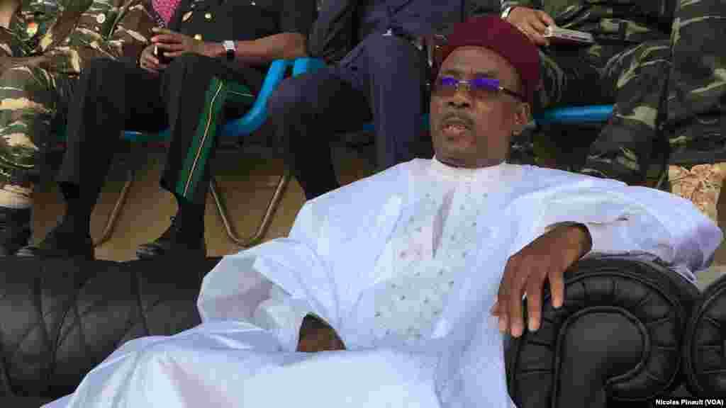 Le president du Niger, Mahamdou Issoufou, observe ses militants lors de son dernier meeting de campagne au stade Seyni Kountché de Niamey, 18 février 2016 (VOA/Nicolas Pinault)