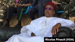 Le president du Niger, Mahamadou Issoufou, observe ses militants lors de son dernier meeting de campagne au stade Seyni Kountché de Niamey, 18 février 2016 (VOA/Nicolas Pinault)