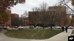 Polisi dikerahkan di kampus Ohio State University untuk mencari seorang penembak hari Senin (28/11).