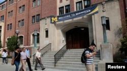 """Spanduk """"Selamat Datang"""" terlihat di gedung Universitas Michigan di Ann Arbor, Michigan, AS, 19 September 2018, sebagai ilustrasi. (Foto: Reuters / Rebecca Cook)"""