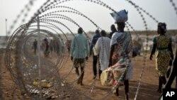 지난달 19일 남수단 수도 주바의 유엔 기지의 철조장 주변으로 실향민들이 이동하고 있다. (자료사진)