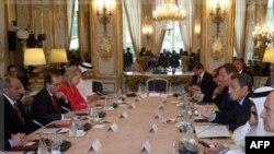 Các nhà lãnh đạo trên thế giới, và đại diện các tổ chức quốc tế dự hội nghị tại điện Elysee, Paris, thảo luận về bản lộ đồ tương lai kinh tế, chính trị và các vấn đề nhân đạo của Libya