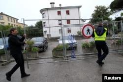 Petugas menyingkirkan pagar pembatas di alun-alun Uni Eropa, di Nova Gorica, Slovenia, perbatasan Slovenia dan Italia, di tengah pandemi Covid-19, 15 Juni 2020.