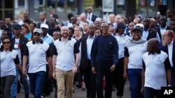 Presiden Paul Kagame (sweater biru) ikut serta dalam acara gerak jalan untuk memperingati 25 tahun genosida di Kigali, 7 April 2019.