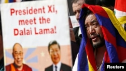 Pro-Tibet activists demonstrate during a visit by China's President Xi Jinping in Brussels, March 31, 2014.