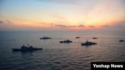 4일 한국 동해상에서 시행한 미-한 연합 해상기동훈련.